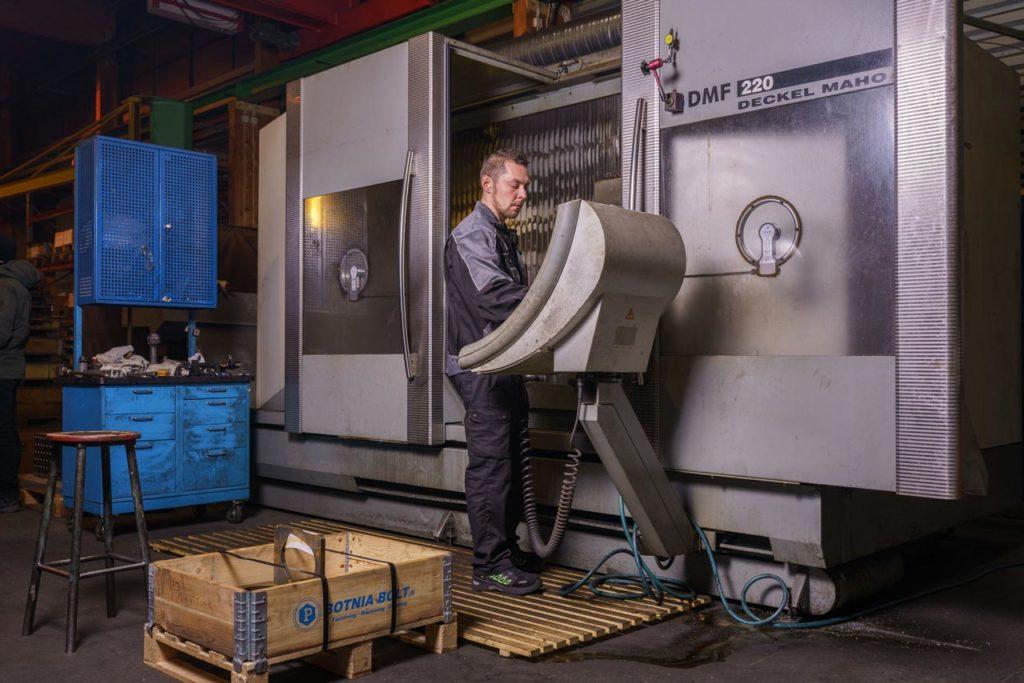 Teollisuustyöntekijä käyttää konetta